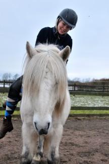 P leker på hästryggen2
